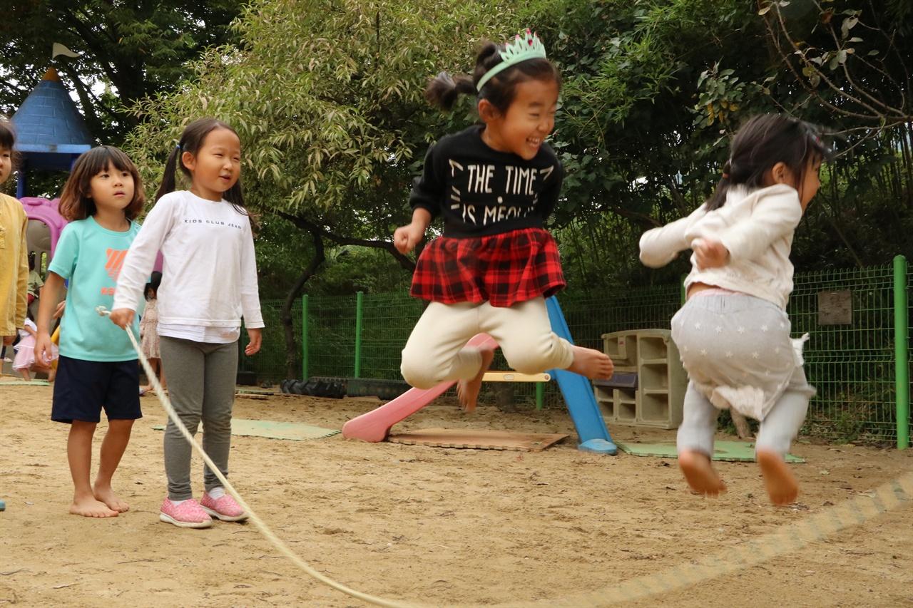 전통놀이를 하며 즐거워하는 아이들  송악골어린이집에서는, 오래전부터 우리가 해왔던 민속전통놀이도 맘껏 해볼 수 있다. 아이들은 스스로 즐거워서 뛰어노는 놀이들을 통해 마음과 몸이 쑥쑥 큰다.
