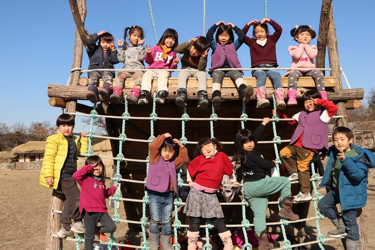 송악골어린이집 아이들  송악골어린이집에서는 자연친화적인 놀이를 많이 하는데 송악골어린이집이 위치한 송악마을은 친환경 유기농 농산물 생산단지로 이름이 높을 뿐 아니라 자연이 아름답기로 유명한 마을이기도 하다. 이곳에서 아이들은 진짜 자연을 느끼고 교가삼하는 어린시절을 보낸다.