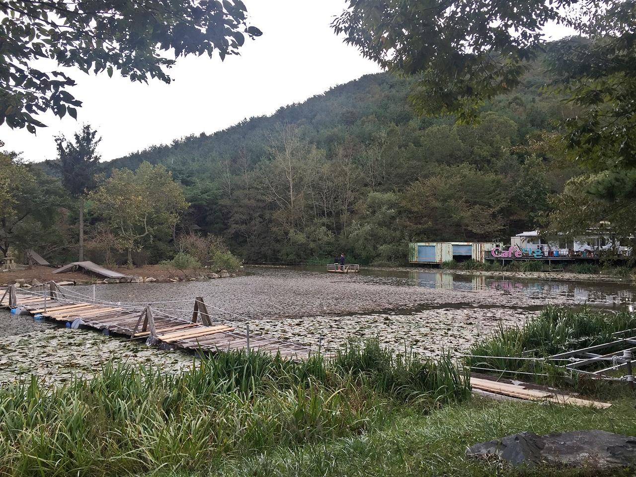 경주 화랑의 언덕 맞은편에 있는 연못 부교와 뗏목체험장 모습