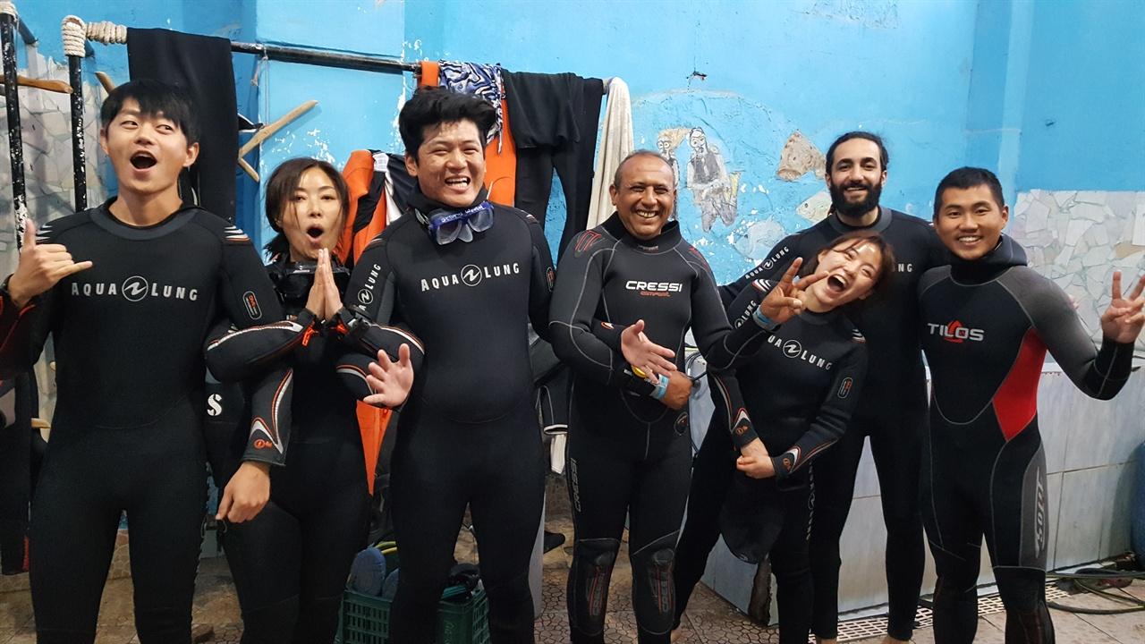 의지의 한국인 그(왼쪽에서 세 번째)와 마하무드(그의 오른쪽) 등 나이트 다이빙 떠나기 전에 서로 의기투합했다.