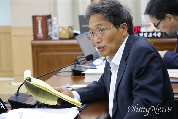 이학재 자유한국당 의원이 14일 오전 경북교육청에서 열린 경북대학교 등에 대한 국정감사에서 질의를 하고 있다.