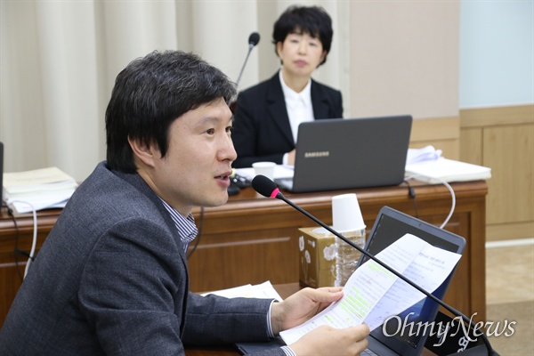 14일 오전 경북교육청에서 열린 국회 교육위 국정감사에서 김해영 더불어민주당 의원이 질의를 하고 있다.