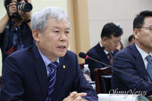 14일 오전 경북교육청에서 열린 국회 교육위 국정감사에서 김상동 경북대학교 총장이 답변을 하고 있다.