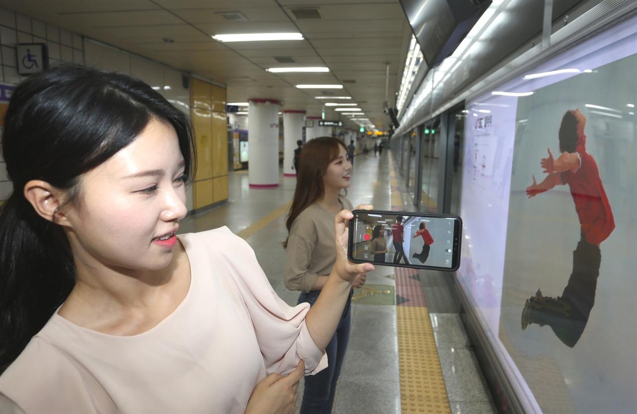 내년 2월 29일까지 서울 지하철 6호선 공덕역에서 진행되는 '유플러스 5G 갤러리'에서는 그동안 알고 있던 미술관 관람 매뉴얼을 따르지 않아도 된다.