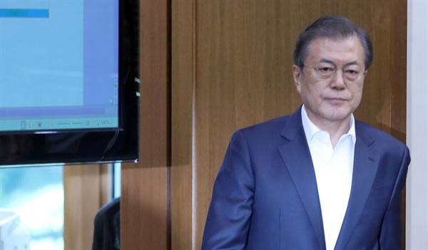 조국 법무부 장관이 사의를 표명한 14일 오후 문재인 대통령이 청와대에서 열린 수석·보좌관 회의에 참석하고 있다.