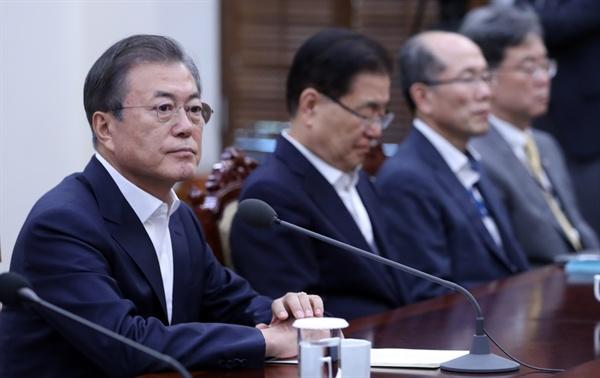 문재인 대통령이 14일 오후 청와대에서 열린 수석·보좌관 회의에서 발언을 마친 뒤 잠시 생각에 잠겨 있다.