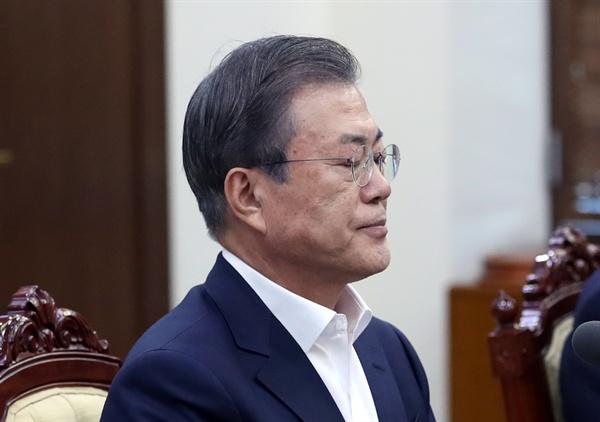 조국 장관이 사의를 표명한 14일 오후 문재인 대통령이 청와대에서 열린 수석·보좌관 회의에 참석하고 있다.