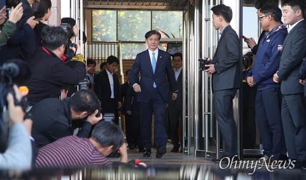 사의를 밝힌 조국 법무부 장관이 14일 오후 경기도 정부과천청사 법무부를 나서고 있다.