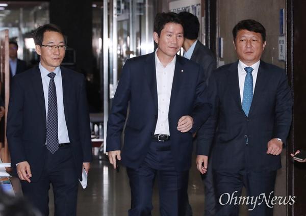 더불어민주당 이인영 원내대표가 이원욱 원내수석부대표, 최재성 의원이 14일 오후 국회 당대표실에서 열린 고위전략회의에 참석하고 있다.