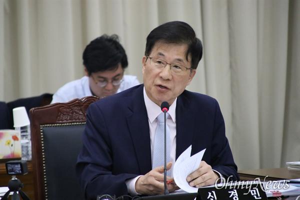 14일 오후 경북교육청에서 열린 국회 교육위 국감에서 신경민 더불어민주당 의원이 강은희 대구교육감을 상대로 질문을 하고 있다.