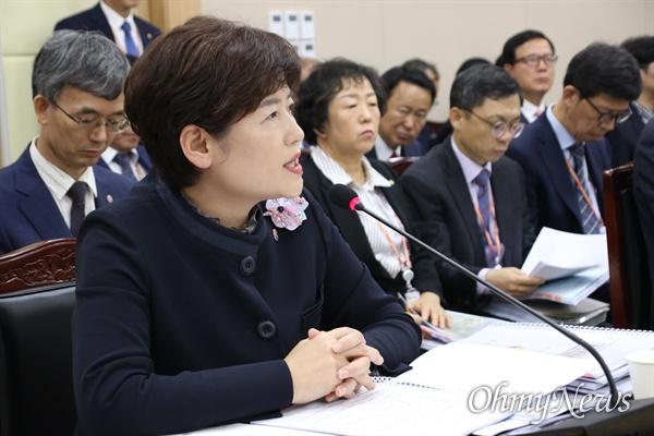 14일 오후 경북교육청에서 강은희 대구시교육감이 국회의원들의 질문에 답변을 하고 있다.