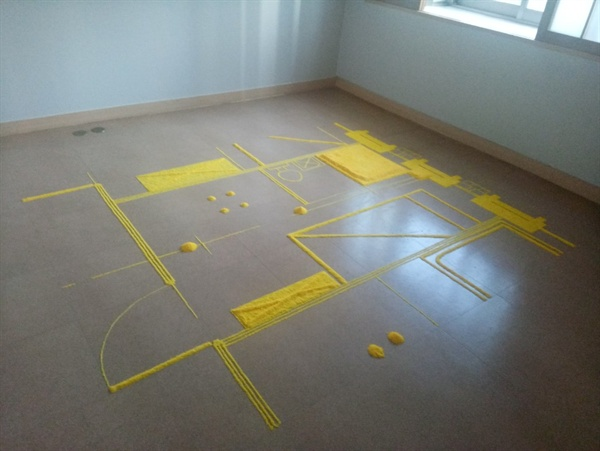 이유지아 작가의 <말랑말랑한 모듈러 #2> 다이알 비누 가루를 사용해서 대공분실의 설계도를 바닥에 그려 놓았다.