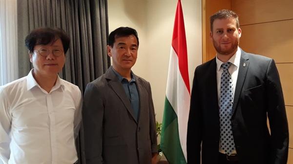 2019년 7월 9일 초머 모세 Ph.D. 대사가 단국대학교에 개설된 헝가리연구소의 현준원 교수와 장두식 교수를 대사관저로 초청해 자리를 함께했다.
