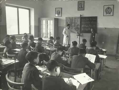 헝가리가 설립한 김일성초등학교에서 북한 전쟁 고아들을 가르치고 있는 쇠베니 얼러다르.