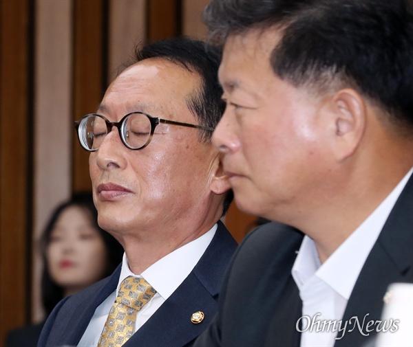 자유한국당 김도읍 의원(왼쪽)이 15일 국회에서 열린 '文실정 및 조국 심판' 국정감사 중간점검회의에 참석해 있다.
