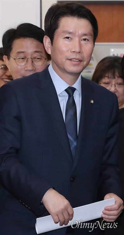 더불어민주당 이인영 원내대표가 15일 오전 국회에서 열린 원내대책회의-상임위간사단 연석회의에 참석하고 있다.