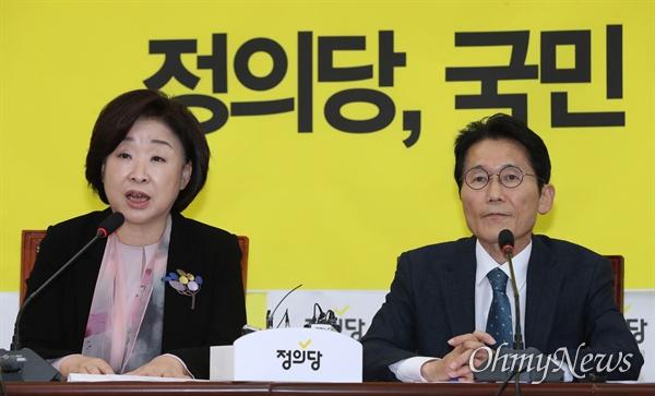 정의당 심상정 대표와 윤소하 원내대표가 15일 오전 국회에서 열린 의원총회에 참석하고 있다.