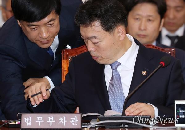 김오수 법무부 차관이 15일 국회에서 열린 국회 법제사법위원회의 법무부 등에 대한 국정감사에서 법무부 관계자로부터 자료를 전달받고 있다.