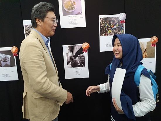 수상자를 격려하는 김창범 주 인도네시아 대사