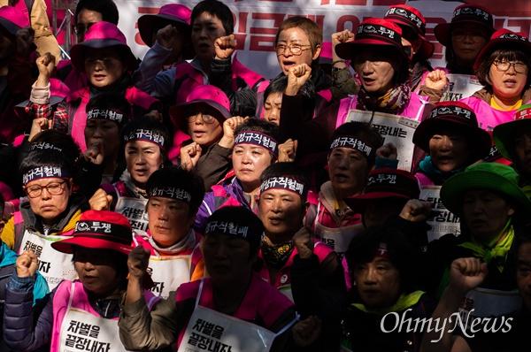 집단 단식에 돌입 했던 전국학교비정규직연대회의 조합원들이 단식 15일 째인 15일 오전 서울 청와대 인근에서 사측과 잠정합의를 마치고 단식을 마치며 기자회견을 열고 있다.
