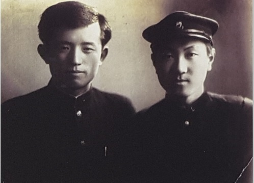연희전문학교 시절의 윤동주(왼쪽)과 정병욱(오른쪽) .