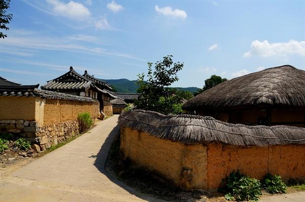 남촌댁 고샅 솟을대문집이 남촌댁이다. 길 하나로 생산과 소유의 계층이 분리되었다. 초가집이든 기와집이든 하회의 마을담은 판담이다.