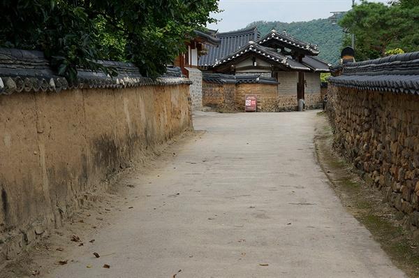 북촌댁 고샅  고샅 끝 솟을대문집이 북촌댁이다. 대문채 외벽은 줄무늬화방벽으로 이 하나만으로 부티가 난다. 마을담은 판담이 대세이나 새로 짓는 경우 흙돌담으로 짓기도 한다.