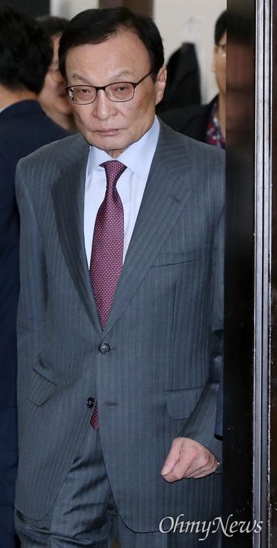 더불어민주당 이해찬 대표가 16일 국회에서 열린 최고위원회의에 참석하고 있다.