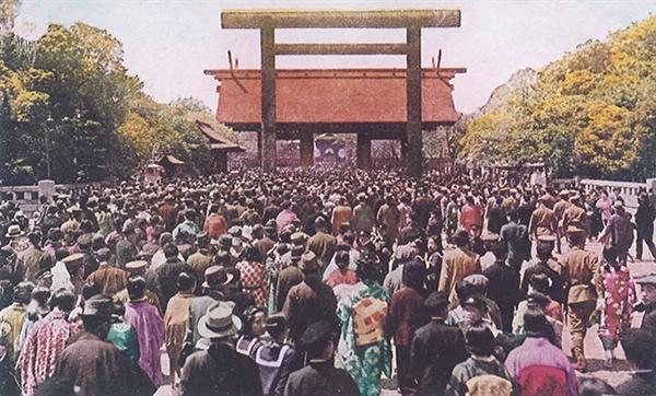 1940년경 야스쿠니 신사를 참배하는 참배객들(야스쿠니 신사 홈페이지)