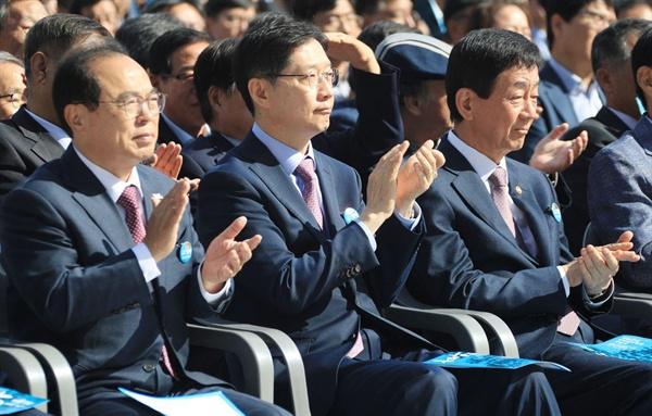 16일 경남대 운동장에서 열린 제40주년 부마민주항쟁 기념식에서 진영 장관, 김경수 지사, 오거돈 시장이 박수를 치고 있다.