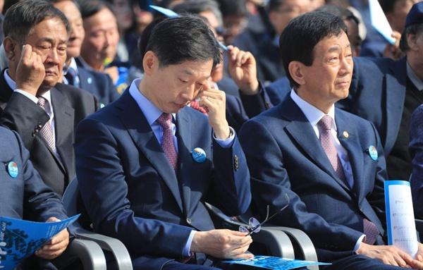 16일 경남대 운동장에서 열린 제40주년 부마민주항쟁 기념식에서 김경수 경남지사가 눈물을 훔치고 있다.