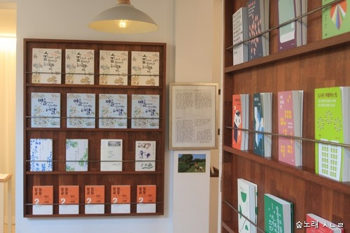 '책방심다' 추천도서를 달마다 벽 하나를 채워서 꽂아 놓기도 한다.
