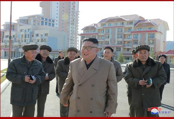 김정은, 6개월 만에 삼지연군 건설현장 시찰 김정은 북한 국무위원장이 양강도 삼지연군 건설 현장을 시찰했다고 조선중앙통신이 16일 보도했다.