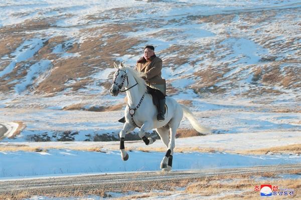 백마타고 백두산 오른 김정은 김정은 북한 국무위원장이 백마를 타고 백두산에 올랐다고 조선중앙통신이 16일 보도했다.