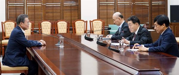 김오수 법무부 차관(오른쪽 두 번째)이 16일 오후 청와대 여민관 소회의실에서 문재인 대통령에게 현안 보고를 하고 있다. 오른쪽은 이성윤 검찰국장. 오른쪽 세 번째는 김조원 민정수석.