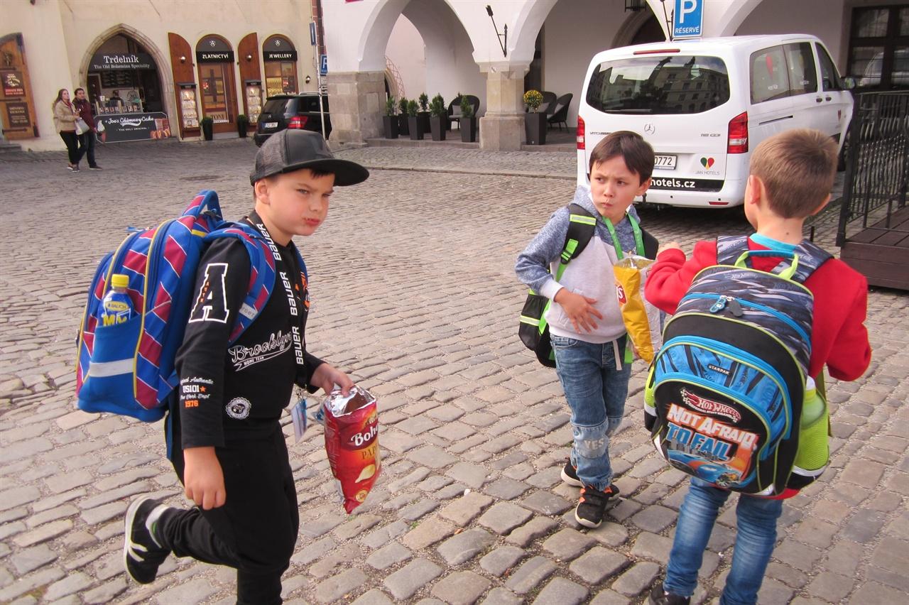 체코 스보르노스티 광장에서 뛰어노는 아이들의 천진함은 양의 동서를 가리지 않는다