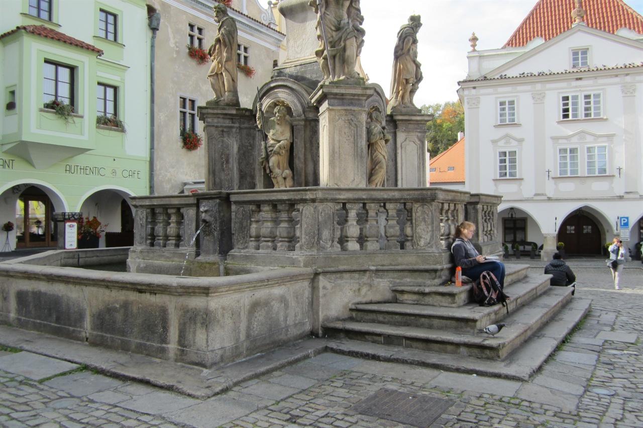 체코 스보르노스티 광장을 스치는 군상들을 스케치하기에 여념이 없는 여인