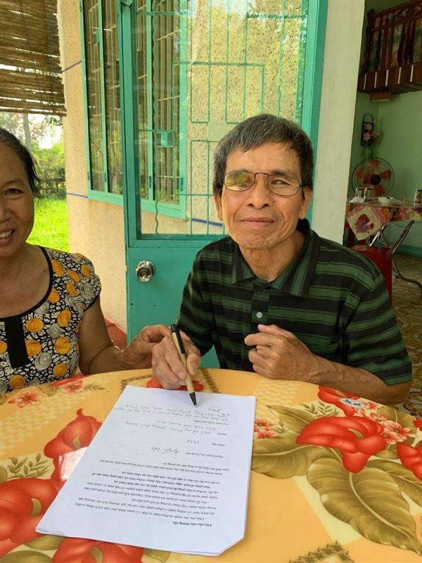청원서에 서명을 하고 있는 하미 마을 학살 유가족 응우옌럽 1968년 2월 22일 남동생 응우옌반판(11세), 여동생 응우옌티씨(5세)가 한국군에 의해 죽었다. 어머니 팜티호아(40세)는 수류탄에 두 발목을 잃었고, 큰어머니, 사촌동생 등도 한국군에 의해 희생되었다.