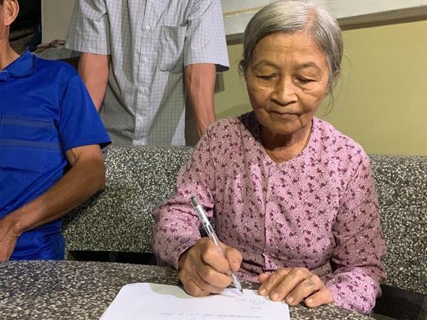 청원서에 서명하는 프억빈 마을 학살 유가족 레티뚝   1966년 11월 9일 어머니 럼티녓(54세), 남동생 레떤웃(13세), 올케 응우옌티땀(23세)를 잃었다. 한국군은 내 가족을 학살하고 집을 불태웠으며, 돼지 한 마리 남겨놓지 않았다. 나는 직접 목격한 끔찍한 광경 때문에 며칠 간 밥도 물도 넘기지 못할 정도로 큰 충격을 받았다.