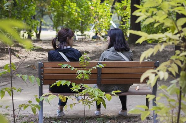 속마음산책 화자와 공감자가 벤치에 앉아 이야기를 나누고 있다.