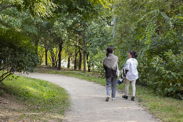 속마음산책 화자와 공감자가 서울숲을 걸으며 이야기를 나누고 있다.