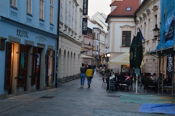 브라티슬라바의 골목 많은 젊은이들이 야외 카페에서 여유를 즐기고 있다.