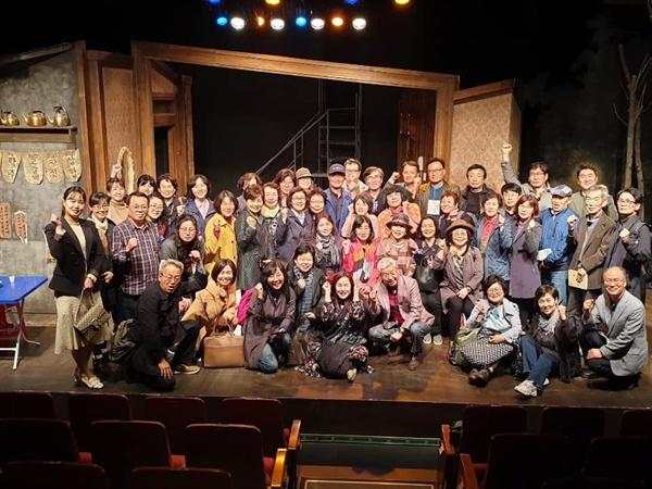 연극이 끝난 후 출연 배우와 연극을  괌람한 인생삼모작 인생나눔학교 학생들이 단체 사진을 찍얶다.