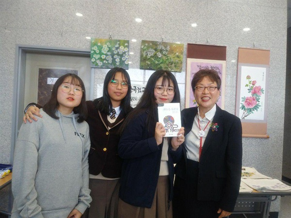 책에 사인을 받은 학생과  저자 고은광순   자신의 책에 사인을 요청한 학생과 함께