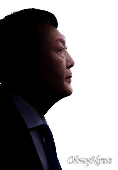 윤석열 검찰총장이 17일 오전 서울 서초구 대검찰청에서 법사위 국정감사를 앞두고 법사위원들을 기다리고 있다.