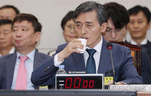 양승동 KBS 사장이 17일 국회에서 열린 과학기술정보방송통신위원회 국정감사에 출석해 목을 축이고 있다.