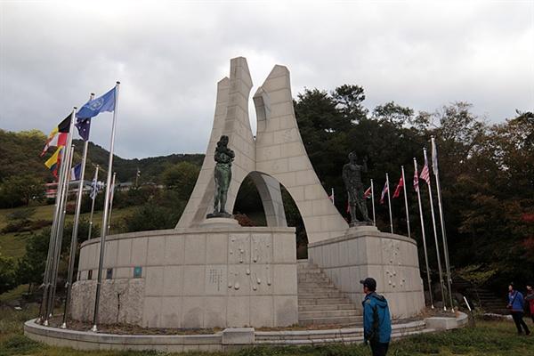 비목공원에 있는 '비목탑'으로 6.25전쟁 당시 유엔군으로 참전해 죽어간 외국군인들을 기리는 탑이다.