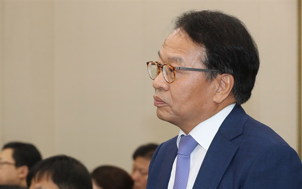 한인섭 한국형사정책연구원 원장이 17일 국회에서 열린 정무위원회 국정감사에서 의원 질의를 듣고 있다.