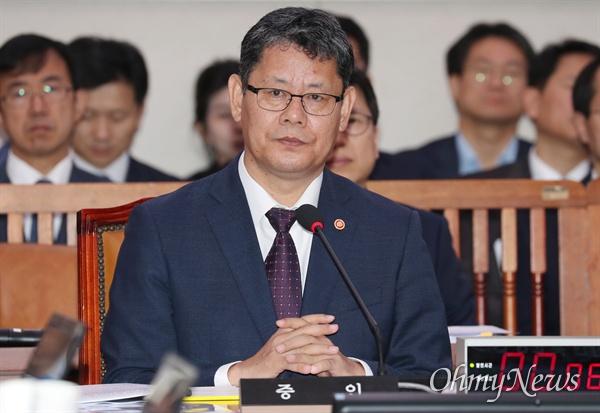 김연철 통일부 장관이 17일 국회에서 열린 외교통일위원회 국정감사에서 의원 질의를 듣고 있다.