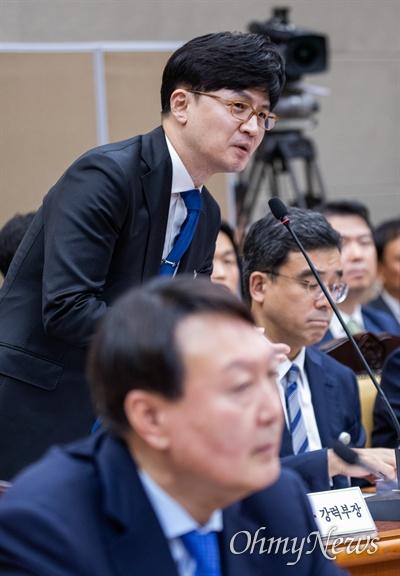 한동훈 검찰 반부패강력부장이 17일 오후 서울 서초구 대검찰청에서 열린 법사위국정감사에서 질의에 답변하고 있다.